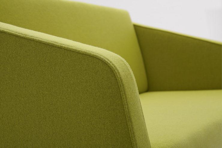 Sofa FIN 2 z podłokietnikami podstawa metalowa detal