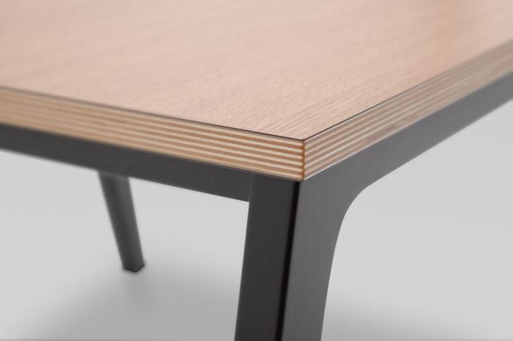 Stolik FIN M podstawa drewniana detal